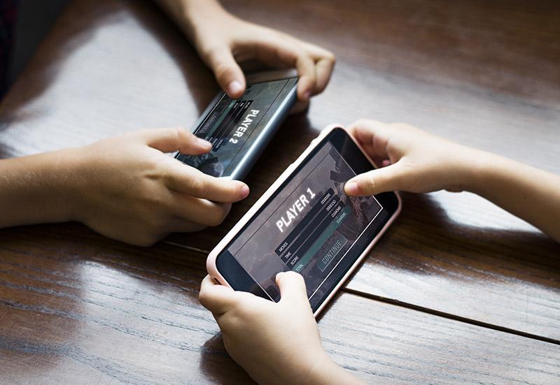 criança no celular distração